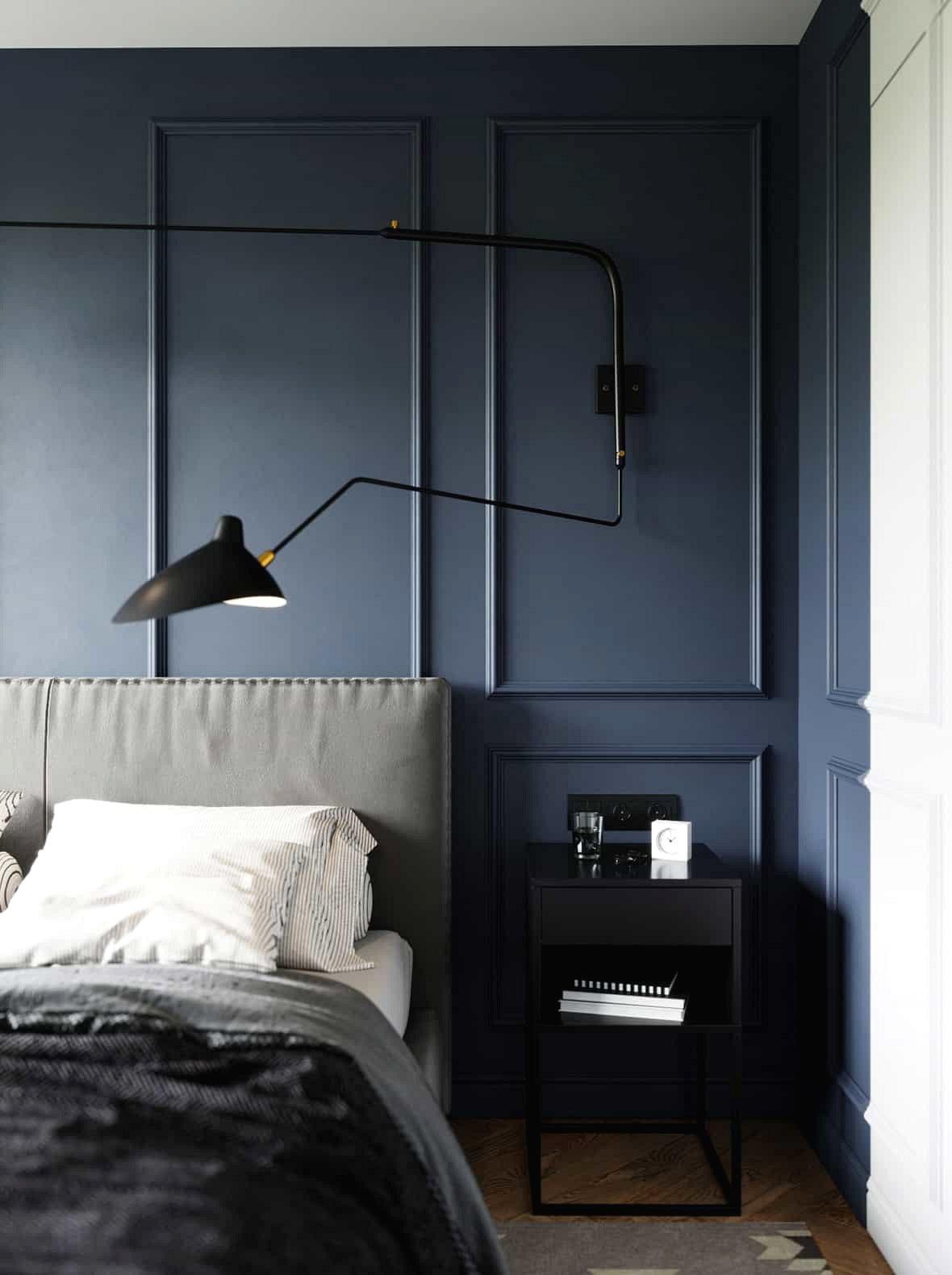 Đèn tường xoay tay cung cấp ánh sáng điều chỉnh giúp chủ nhân đọc sách trước khi ngủ, bên cạnh là một tủ nhỏ đựng đồ.