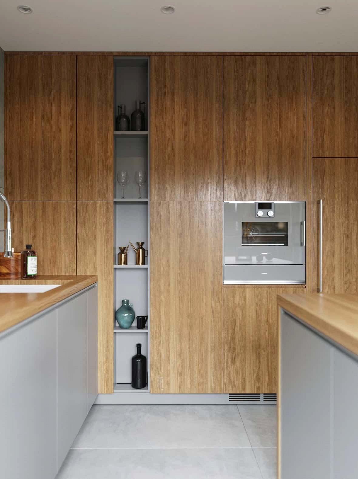 Nhà bếp rộng rãi có không gian lưu trữ trong các tủ lớn.
