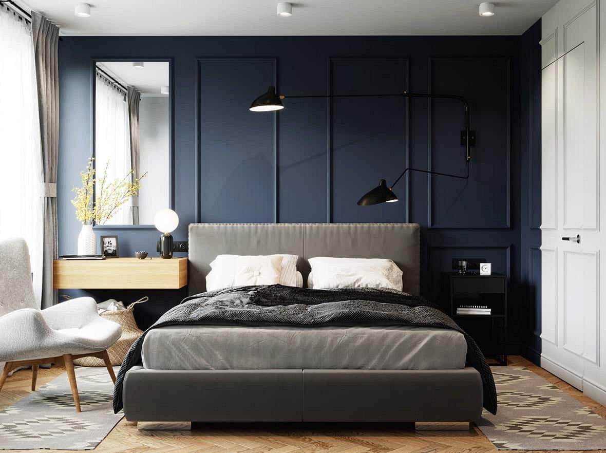 Trong phòng ngủ chính, tông màu trang trí mang một vẻ dịu dàng hơn. Phòng ngủ màu xanh cổ điển, êm dịu và một cách tuyệt vời để nâng cao chủ đề đồ nội thất trung tính.