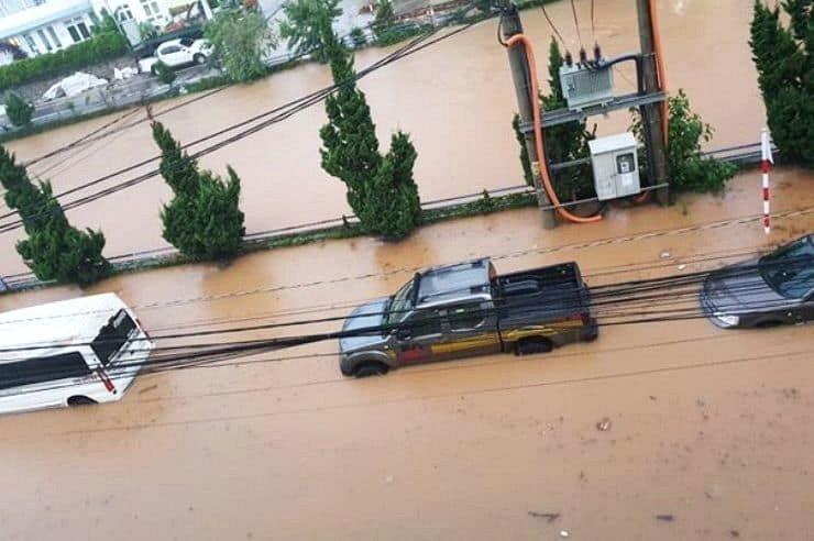 Ô tô bị ngập ngang xe nhìn không khác cảnh ngập ở Hà Nội và Sài Gòn là bao.